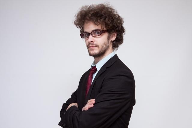 眼鏡をかける外国人男性