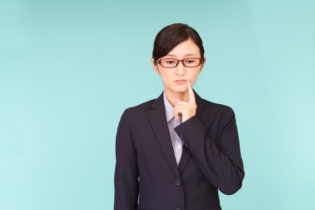 考え事をするスーツ女性